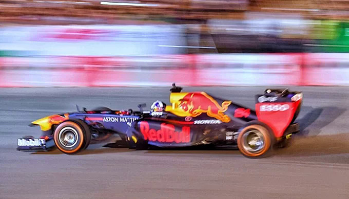 A F1 car performs on the street of Hanoi in a promotion event on April 21, 2019. Photo by VnExpress/Giang Huy.