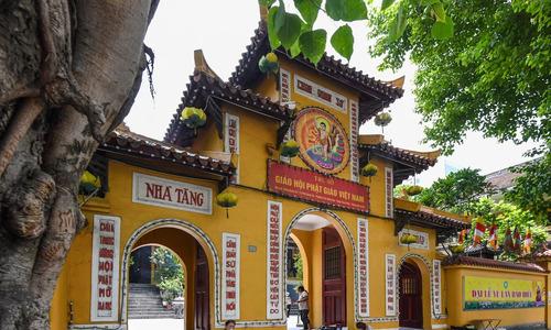 Buddhist faithful head for pagodas in Ghost Month