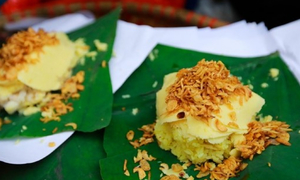 Trying out Hanoi's popular yellow sticky rice