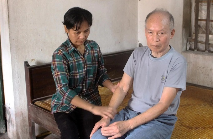 Nguyen Thi Bien (L) sits with her father in their house in Bac Giang Province, northern Vietnam, after 28 years being trafficked to China. Photo by Vietnam News Agency.