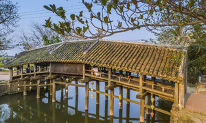 Hue to open monthly night market on ancient tile-roofed bridge
