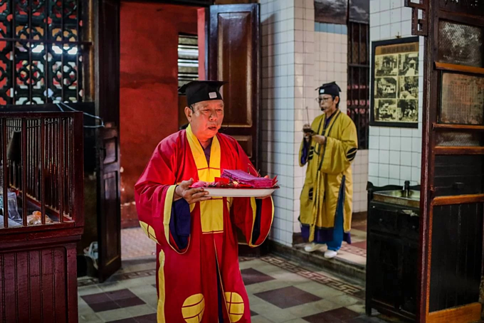 A Saigon temple hosts three religions in Taoist harmony - 9