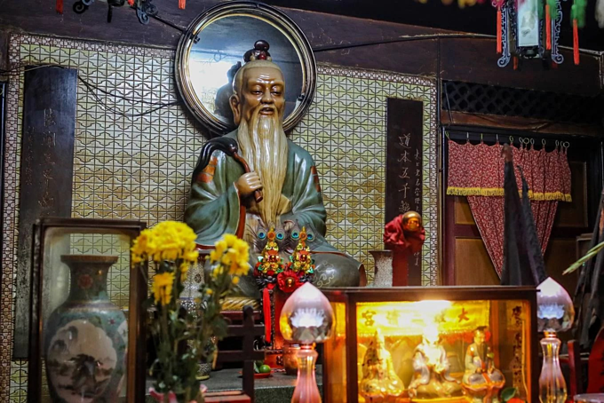 A Saigon temple hosts three religions in Taoist harmony - 2