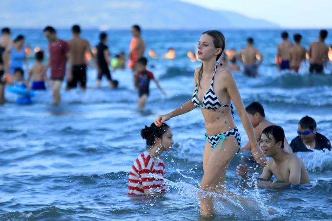 Tourists enjoy the blue sea in Da Nang in central Vietnam. Photo by VnExpress/Nguyen Dong.