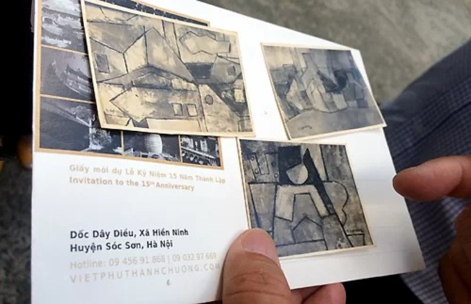 Painter Thanh Chuong shows some original drafts to show that his work had been forged and falsely signed as Ta Tys. Photo by VnExpress/Tieu Vu.