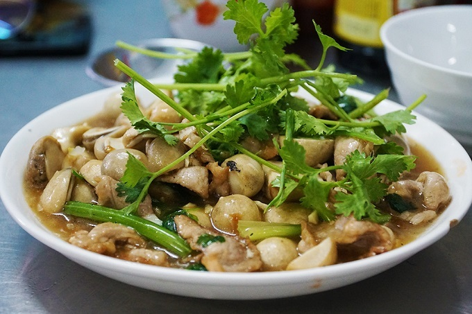 Stir-fried pork and mushroom. Photo by VnExpress/Di Vy.
