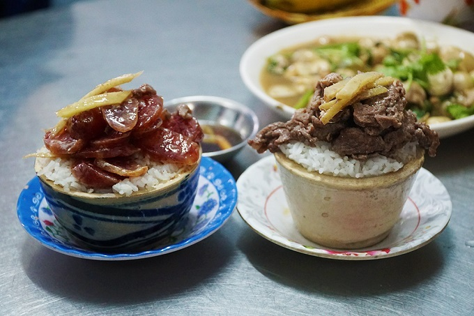 Stoneware pot rice is Chuyen Kys specialty. Photo by VnExpress/Di Vy.