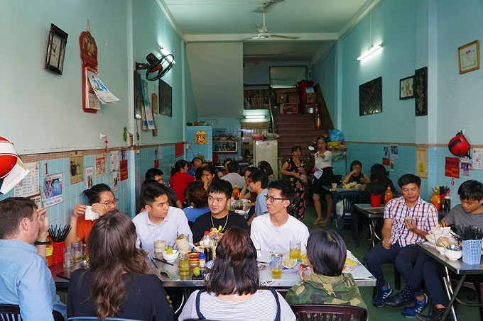 The eatery is packed with customers in the afternoon. Photo by VnExpress/Di Vy.