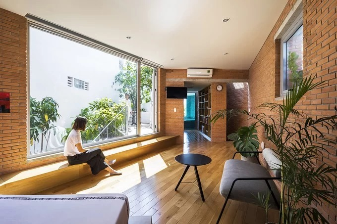 The house was constructed with local bricks to not only reduce its carbon footprint but also give it a rustic feel. Photo by Hiroyuki Oki.