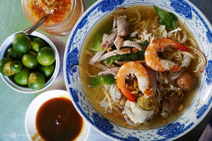 A bowl of bun goi da that has noodle, shrimp, meat and other ingredients. Photo by VnExpress/Phong Vinh.