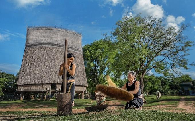 Nét đẹp sinh hoạt văn hóa quanh nhà rông Kon Tum