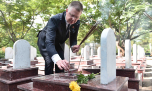 US ambassador pays respects at Vietnamese military cemetery