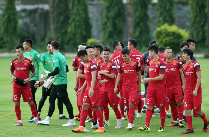 The Vietnamese football team arrive for practice at Thai football club Muangthong United Sunday evening. The ground is five minutes from their hotel. They take on old rival Thailand at 7 p.m. Thursday, local time.