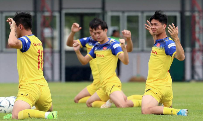 Striker Nguyen Cong Phuong (R) joins his team on Monday after flying from his Belgian club Sint-Truidense V.V.
