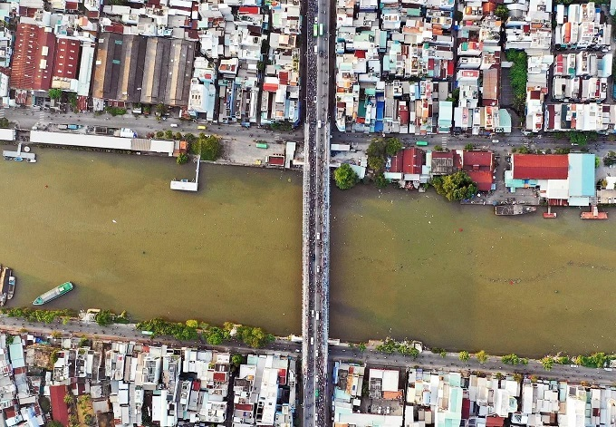 Saigons Kenh Te Bridge upgrade squeezes commuters tighter