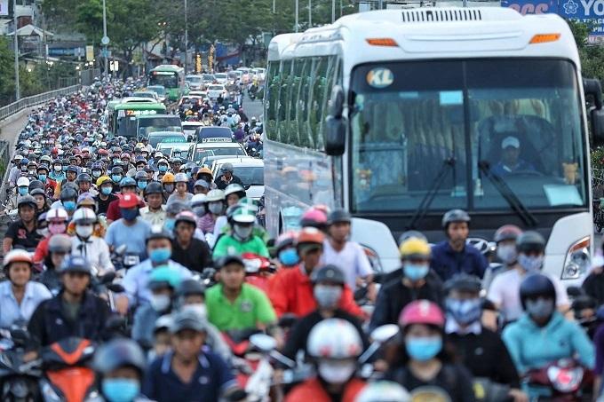 Saigons Kenh Te Bridge upgrade squeezes commuters tighter - 1