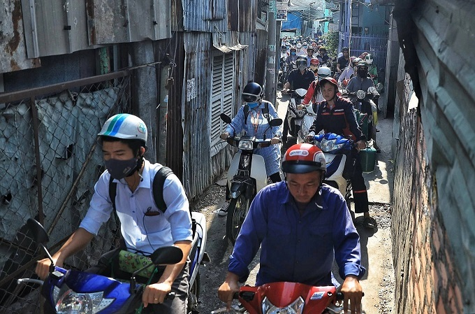 Saigons Kenh Te Bridge upgrade squeezes commuters tighter - 2