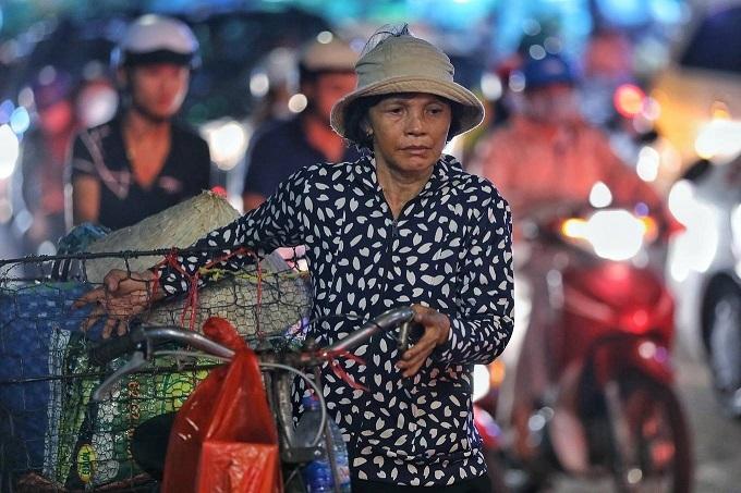 Saigons Kenh Te Bridge upgrade squeezes commuters tighter - 6