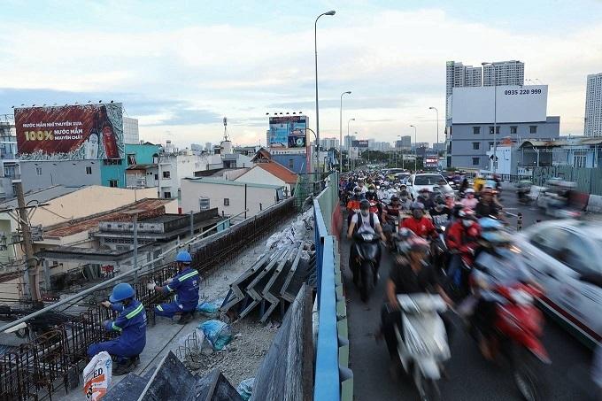 Saigons Kenh Te Bridge upgrade squeezes commuters tighter - 3