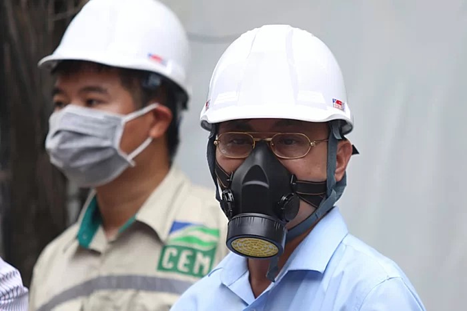 Hoang Van Thuc, Deputy Director of Vietnam Environment Administration of Ministry of Natural Resources and Environment wears a gas mask at Rang Dong lightbulb warehouse on August 31, 2019, three days after the fire. Photo by VnExpress/Gia Chinh.