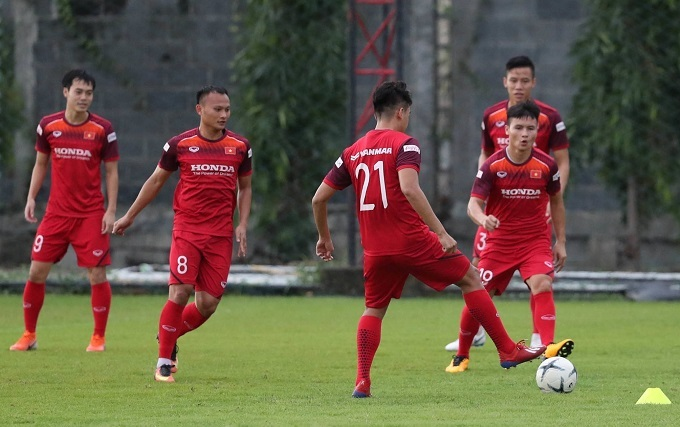 Nguyen Trong Hoang (2nd, L) train with Vietnam team in Thailand, September 1, 2019. Photo by VnExpress/Duc Dong.