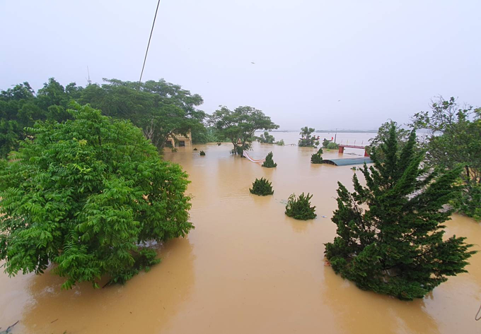 Over 200 households have been completely isolated in Phuong My ward, Huong Khe District, Ha Tinh Province for the last three days as flood waters submerged the area.