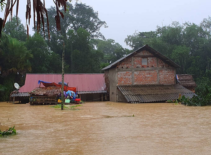 Accustomed with the frequent flood visits, some families in Phuong My built a garret which has a window near the roof (right) that allows them to receive aids from the outside in case of flood.