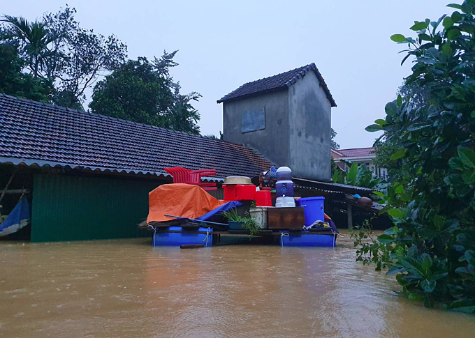 A family stacks some of their home furniture of a floating platform.Despite flood preparation, some families didn't manage to take out their big-sized furniture.After this flood, we will clean whatever appliances are still usable, but electronic appliances will be replaced, Hoang Thi Tuong, a homeowner told VnExpress.