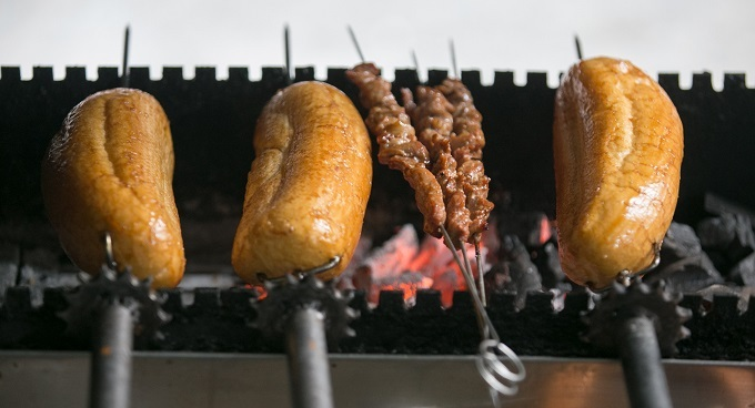 Baguettes and meat are grilled over charcoal. Photo by VnExpress/Dinh Dinh.