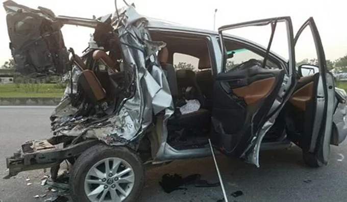 The seven-seat minivan after it was hit by the tractor trailer on Hanoi-Thai Nguyen Expressway in 2016. Photo courtesy of the police