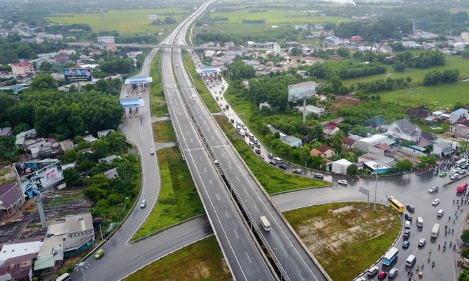 Saigon wants roads, parking lots beneath expressways