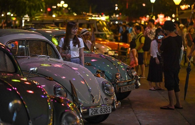 The cars were displayed on Nguyen Phuc Chu and Thoai Ngoc Hau Streets, near the An Hoi garden of statues on both nights of the event, which attracted a lot of domestic and foreign tourists.Thomas Patterson, a British tourist, said: Its been a long time since Ive seen these cars, very interesting.