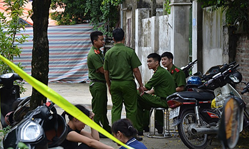 Police guard a murder scene in Dan Phuong District, Hanoi where a man kills his brother and three other family members on September 1, 2019. Photo by VnExpress/Thu Cu.