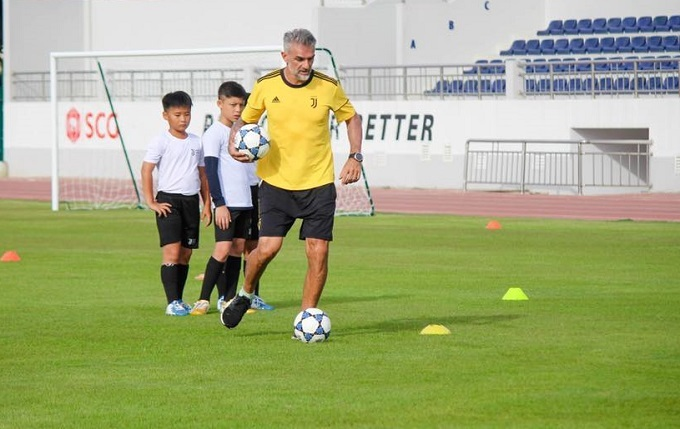 Giuseppe Zappella, Juventus Academy Vietnam director, joins a tranning session at Ba Ria-Vung Tau Stadium, June 2019. Photo coutersy of Juventus Academy Vietnam.
