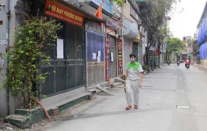A man in a mask walks in Alley 342 off Khuong Dinh Street on September 9, 2019. Photo by VnExpress/Tat Dinh.