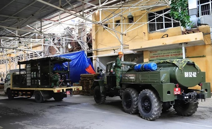 Military vehicles come to the Rang Dong warehouse from 8 am to prepare for decontamination.