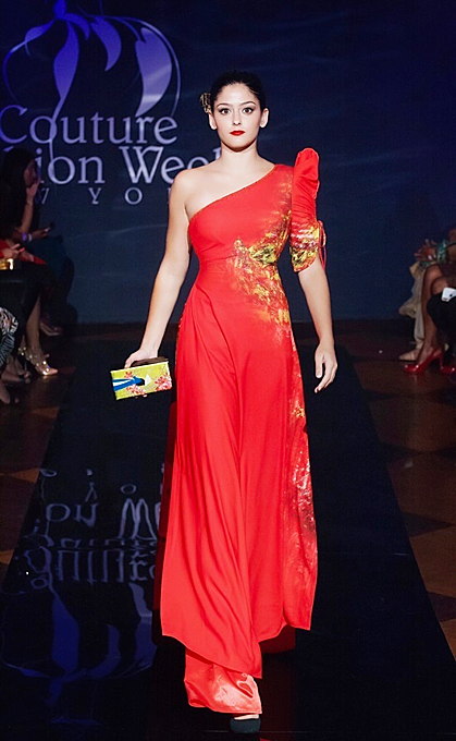 An ao dai in mo21 models walked the runway with bracelets, necklaces and handbags with lacquer finish.