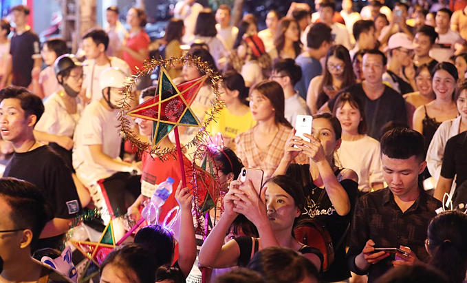 Authorities have banned vehicles from certain streets in Hanois Old Quarter until September 13 for the festival celebrations. They are not allowed to enter Hang Luoc, Hang Ruoi and Hang Chai streets and sections of Hang Ma and Hang Khoai streets from 7 a.m. to 10 p.m.The Mid-Autumn Festival, one of the most traditional and popular family holidays in Vietnam, is enjoyed by people throughout the country, regardless of their background or economic status.The festival is an occasion for a children's night out and family reunions. Children enjoy art performances like singing, plays and lion dances, light up the night with colorful lanterns and enjoy mooncakes.