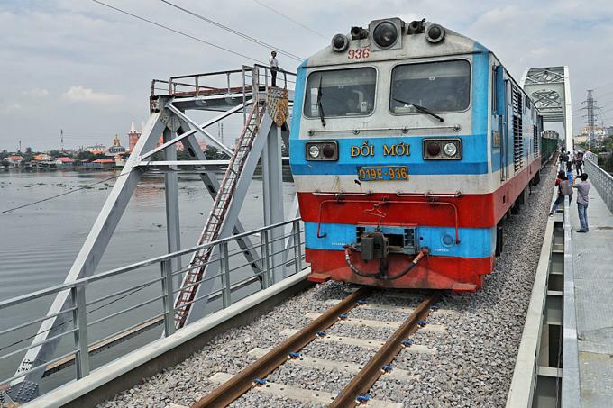 New HCMC railway bridge hosts first test run