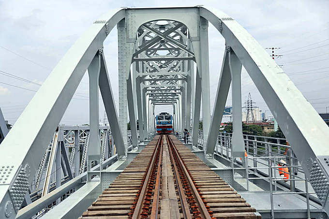 New HCMC railway bridge hosts first test run - 1