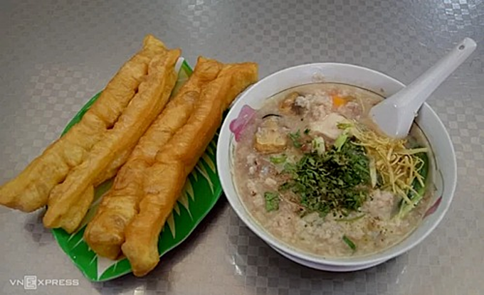 In 1942, the first bowls of porridge were sold by Chaozhou street vendors from China on Nguyen Thien Thuat Street, also District 3, which then became a stall in Ban Co market. The rice porridge marries well green onions, ginger and the aroma of ground pepper. An egg topping is optional. A serving with all the ingredient costs VND65,000 ($2.8), whereas less options cost VND40,000 ($1.7). Open from 3:30 pm to 11:00 pm, but its peak time is 7pm. Photo by Thanh Tuyet.