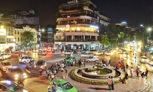 Hanoi food vendors, public ignore midnight curfew
