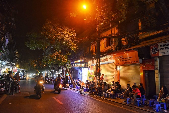 Hang Bo Street, not far from the square, has lines of plastic stools to serve street food and drinks from 11 p.m. to early morning every day.