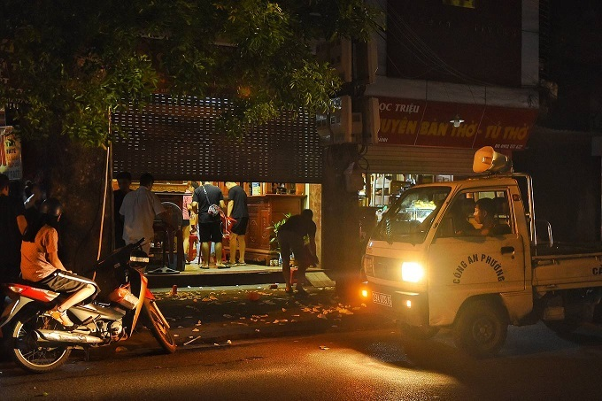 30 minutes after midnight, police arrive and tell a restaurant on De La Thanh Street in Ba Dinh District to close.