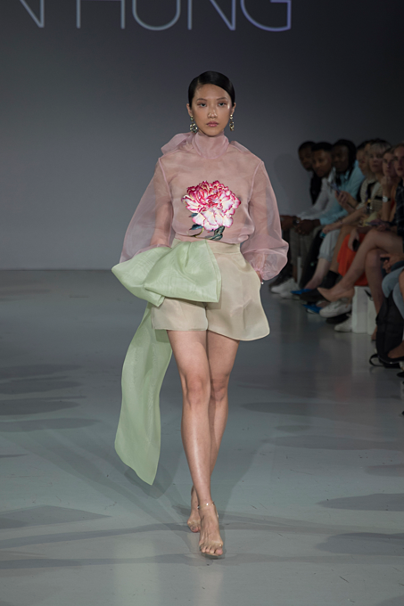 Hung chose a lot of ball dresses for his debut at London Fashion Week. The designer also embraced his strength in using familiar material such as organza, tulle, taffeta, brocade fabric.
