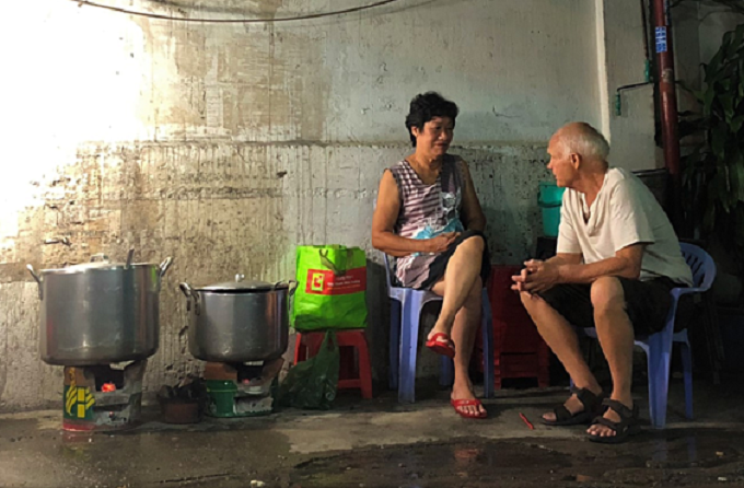 Ken and Lan at her congee stall. Photo by VnExpress/Tran Nhat.