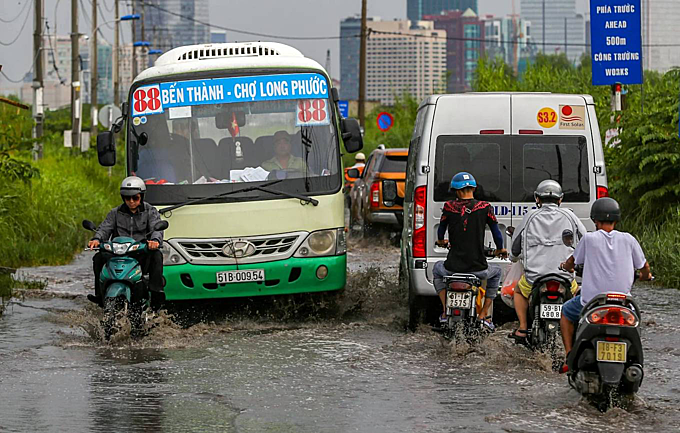 Since the drainage system is not synchronized, the road heading to Thu Thiem Bridge is often flooded after a heavy downpour.According to the locals, it takes two to threedays for thewater to recede.