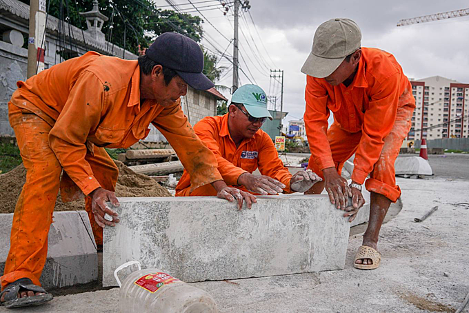 Workers make stones for the sidewalk. Doan Phu Duc, theprojectsinvestor anddeputy director of the management board, said the project has only beencompleted more than 50 percent. The section 200m section near Hue Nghiem Pagoda isfinished. The main cause of the projects slow progressionis because60 percent of the landhas beencleared, making itsdifficult to bring machinery and equipment here. Workers are now only moderately constructing, only working on section of the site that has been cleared,he said.