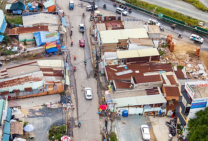 At the intersection with Tran Nao street, many houses have not been cleared because compensation settlement for relocationhave not been reachedwith local residents. According to Duc, the project is expected to be completed in2020.