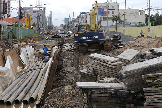 The surface of Luong Dinh Cua Street strewns with construction materials and machineries.The Urban Transport Management Area 2 started upgrading and expanding the street in April 2015.The project is expected to be completed after two years.